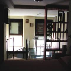 Forjado de cristal: Estudios y despachos de estilo  de Almudena Madrid Interiorismo, diseño y decoración de interiores