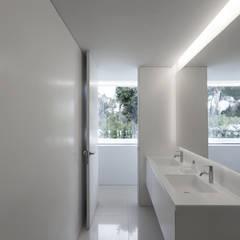 Casa de la brisa: Baños de estilo  de FRAN SILVESTRE ARQUITECTOS