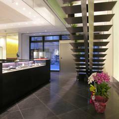 レジカウンターよりのショップ入り口を望む: 一級建築士事務所 ネストデザインが手掛けた商業空間です。