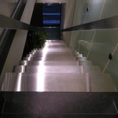 踏面もステンレス製: 一級建築士事務所 ネストデザインが手掛けた商業空間です。