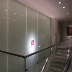 吹き抜けの光り壁は長さ6.8m: 一級建築士事務所 ネストデザインが手掛けた商業空間です。