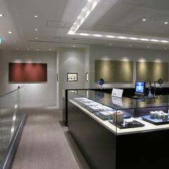 階段上り口と売り場: 一級建築士事務所 ネストデザインが手掛けた商業空間です。