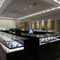 2階売り場より光り壁を望む: 一級建築士事務所 ネストデザインが手掛けた商業空間です。