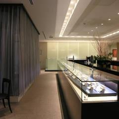 長大なショーケース: 一級建築士事務所 ネストデザインが手掛けた商業空間です。