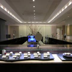 ショーケースとモニター: 一級建築士事務所 ネストデザインが手掛けた商業空間です。