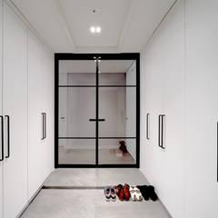 차분한 그레이 인테리어: 디자인 아버의  복도 & 현관,모던