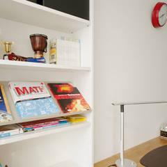 차분한 그레이 인테리어: 디자인 아버의  방,