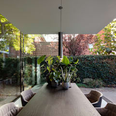 Fig Tree House:  Eetkamer door Bloot Architecture