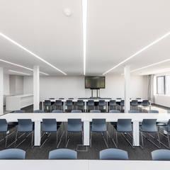 PROJECT BRU - INRICHTING VAN EEN OPEN OFFICE MET MAGAZIJNRUIMTE VOOR EXCLUSIEVE WAGENS:  Kantoorgebouwen door ICONcept