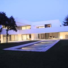 Construir vivienda unifamiliar en Madrid, arquitectura: Piscinas de estilo  de Otto Medem Arquitecto vanguardista en Madrid