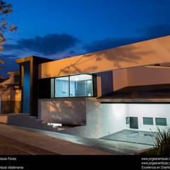 Casa N1: Casas unifamiliares de estilo  por Excelencia en Diseño