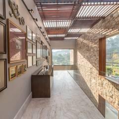 Pasillos, vestíbulos y escaleras rústicos de C2HA Arquitetos Rústico