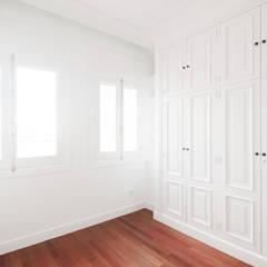 REFORMA JBR - habitación: Dormitorios de estilo  de fic arquitectos
