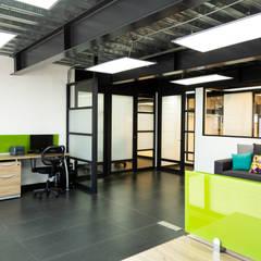 15. BODEGA OFICINAS: Estudios y oficinas de estilo  por TARE arquitectos