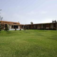 CASA DE CAMPO: Casas de campo de estilo  por SERZA ARQ CONSTRUCTION SAC,