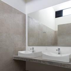 c4d472d91b747 baño  Baños de estilo por studio arquitectura