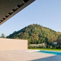 032_Abitazione in collina: Piscina in stile  di MIDE architetti