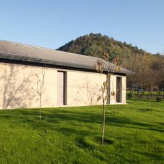 032_Abitazione in collina: Pareti in stile  di MIDE architetti