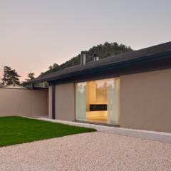 032_Abitazione in collina: Finestre in stile  di MIDE architetti