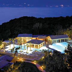 Vista del resort dall'alto: Case in stile  di siru srl