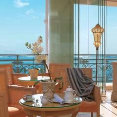 Vista dall'hotel: Terrazza in stile  di siru srl