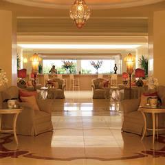 Hall di Eva Palace, Grecotel Luxury Hotel: Ingresso & Corridoio in stile  di siru srl