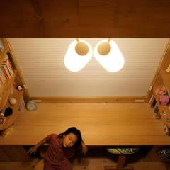 por 一級建築士事務所 ネストデザイン Asiático Madeira Acabamento em madeira