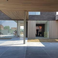Patio d'entrée: Maison individuelle de style  par RIVA Architectes