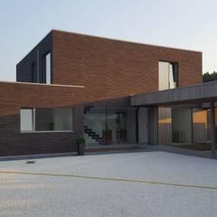 Façade cour d'accès: Maison individuelle de style  par RIVA Architectes