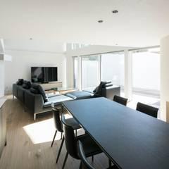 White Valley: 株式会社横山浩介建築設計事務所が手掛けたダイニングです。,モダン