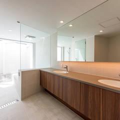 White Valley: 株式会社横山浩介建築設計事務所が手掛けた浴室です。,モダン
