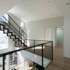 White Valley: 株式会社横山浩介建築設計事務所が手掛けた階段です。