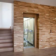 Elevador Residencial / Homelift: Escadas  por Liftech, S.A