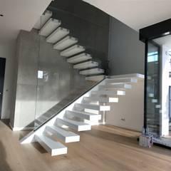 GoUp & MISTRAL - Ein fließender Übergang, durchgehend Corian-Stufen:  Treppe von Siller Treppen/Stairs/Scale