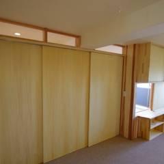 マンションリノベーション:取手市 木とバリアフリーの住まい: K+Yアトリエ一級建築士事務所が手掛けた寝室です。