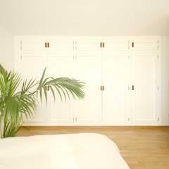 REFORMA SFR - armario dormitorio: Dormitorios de estilo  de fic arquitectos