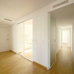 REFORMA SFR - entrada: Pasillos y vestíbulos de estilo  de fic arquitectos