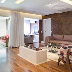 Sala de estar com Lareira: Salas de estar  por C2HA Arquitetos