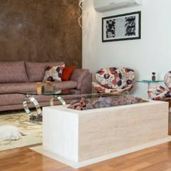 Lareira em sala de estar: Salas de estar  por C2HA Arquitetos