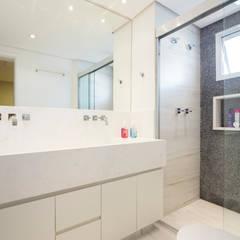 Banheiro clean: Banheiros  por C2HA Arquitetos