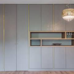 KOKTAJL W ZŁOCIE: styl , w kategorii Salon zaprojektowany przez KODO projekty i realizacje wnętrz