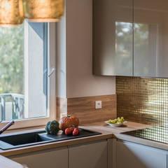 KOKTAJL W ZŁOCIE: styl , w kategorii Aneks kuchenny zaprojektowany przez KODO projekty i realizacje wnętrz