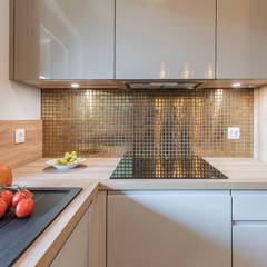 KOKTAJL W ZŁOCIE: styl , w kategorii Małe kuchnie zaprojektowany przez KODO projekty i realizacje wnętrz