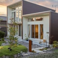 庭と外観: アース・アーキテクツ一級建築士事務所が手掛けた一戸建て住宅です。