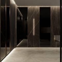 Апартаменты Marbel от Suite n.7: Коридор и прихожая в . Автор – Suiten7