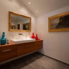 対照的な配色小物の洗面: デンマークハウスが手掛けた浴室です。