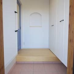 福岡・宗像市・注文住宅・工務店のオーガニックな木の家 ホルムアルデヒドを削減した家: Home Plan Kiyotake 一級建築士事務所 ㈱清武建設  が手掛けた廊下 & 玄関です。