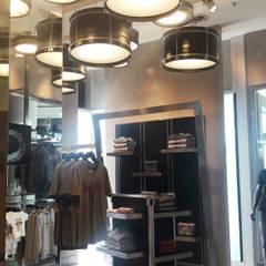 Rock Shop - Hard Rock Cafe: Galerías y espacios comerciales de estilo  por Arquitectura CH