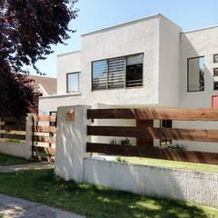 Acceso: Casas unifamiliares de estilo  por RHA Arquitectura + Construcción