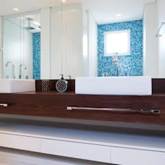 Banheiro com bancada de madeira: Banheiros  por C2HA Arquitetos